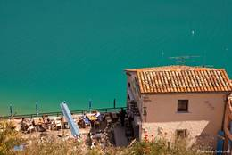 Blick über ein kleines Restaurant in Sainte-Croix-du-Verdon auf den See
