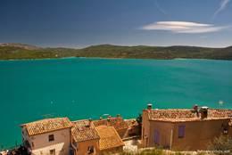 Blick über einige Häuser des Dorfes auf den Lac de Sainte-Croix