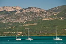 Segelboote auf dem Lac de Sainte-Croix vor Sainte-Croix-du-Verdon