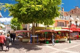 Marktstände mit frischen Lebensmitteln in der Altstadt von Sainte-Maxime