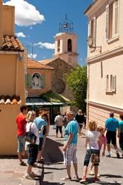 Gasse in der Altstadt mit der Kirche von Sainte-Maxime im Hintergrund