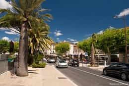 Die Hauptstraße entlang der Mittelmeerküste im Zentrum von Sainte-Maxime