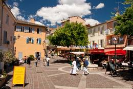 Idyllischer kleiner Platz mit Brunnen in der Altstadt von Sainte-Maxime
