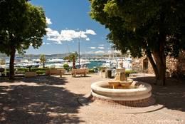 Platz zwischen der Kirche und dem Tour Carrée mit einem Brunnen und einem schönen Ausblick auf den Hafen und das Mittelmeer vor Sainte-Maxime