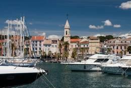 Blick über den Hafen von Sanary-sur-Mer zur Kirche