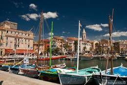 Links der Römische Turm (Tour romane) aus dem Mittelalter am Hafen von Sanary-sur-Mer