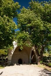 Eingang zur Kapelle Notre-Dame-de-l'Ormeau am Ortsrand von Seillans