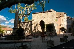 La Porte Sarrasine, ein altes Tor aus dem 12. Jahrhundert im oberen Teil von Seillans