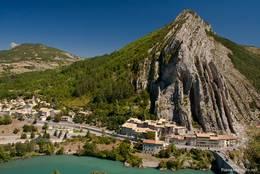 Ausblick von der hoch über der Altstadt von Sisteron gelegenen Zitadelle auf den Rocher de la Baume und die Durance