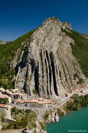 Von der Zitadelle in Sisteron geht es steil hinab zur Durance an deren anderem Ufer dann ebenfalls recht steil der Felsen Rocher de la Baume mit seinen bizarren Falten aufragt