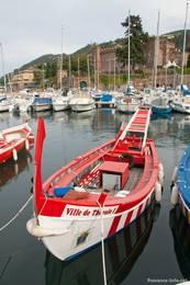 Ein rot-weißes Boot im Hafen von Théoule-sur-Mer