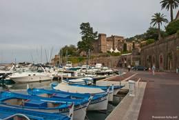 Der Hafen von Théoule-sur-Mer mit dem kleinen Schloss im Hintergrund