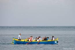 Ein Ruderboot vor der Küste von Théoule-sur-Mer