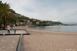 Abends am Strand von Théoule-sur-Mer, links wird Boule gespielt