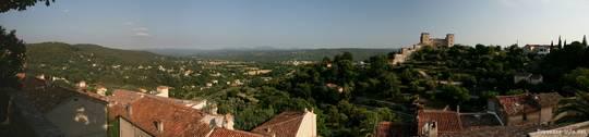 Panorama-Ausblick in südliche Richtung nahe des Uhrenturm von Tourrettes, ganz im Hintergrund die ersten Berge des Esterel