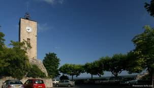 Der Uhrenturm mit dem Parkplatz daneben, rechts hat man eine wunderschöne Aussicht in die umliegende Landschaft