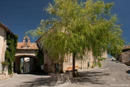 Durch das Tor links kommt man ins Dorf, rechts geht es hinauf zur Kirche von Tourtour