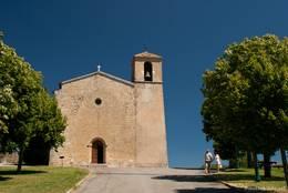 Die romanische Kirche Saint-Denis am höchsten Punkt von Tourtour