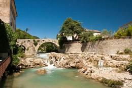 Der Fluss Nartuby mit seinen kleinen Wasserfällen in Trans-en-Provence