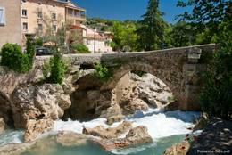 Wasserfall der Nartuby unter einer alten Brücke in Trans-en-Provence