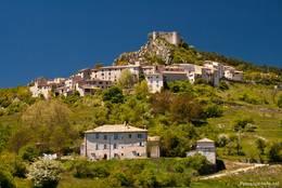Blick aus dem Tal auf das Dorf Trigance