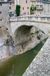 Die Römerbrücke von Vaison-la-Romaine aus dem 1. Jahrhundert n. Chr. über den Fluss Ouvèze