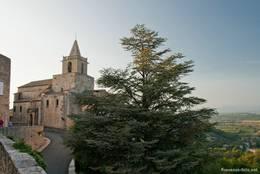 Die Kirche Notre-Dame am Rand des alten provenzalischen Bergdorfes Venasque