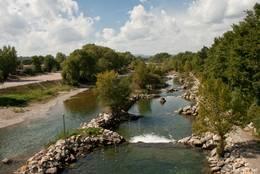 Der Verdon bei Vinon-sur-Verdon, im rechten Teil ist ein Wildwasserparcours eingerichtet