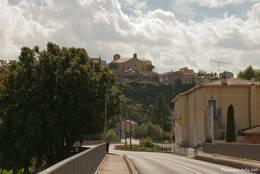 Blick von der Verdonbrücke auf das alte Dorfzentrum von Vinon-sur-Verdon