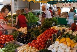 Gemüsestand auf einem Wochenmarkt in der Provence
