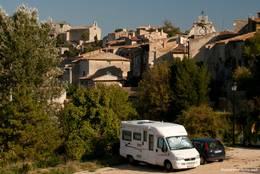 Ein Wohnmobil am Rand des provenzalischen Dorfes Saignon
