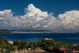 Dicke Wolken über der Côte d'Azur deuten ein Wetterwechsel an